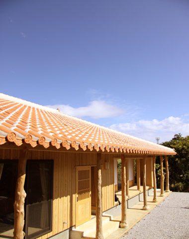 本部町の自然に囲まれた赤瓦の家